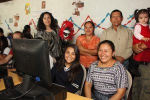una estudiante de un centro de tecnología educativa y su familia